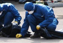 Männer in blauem Schutzanzug bei der Schadstoffbeseitigung: Asbest aufsammeln